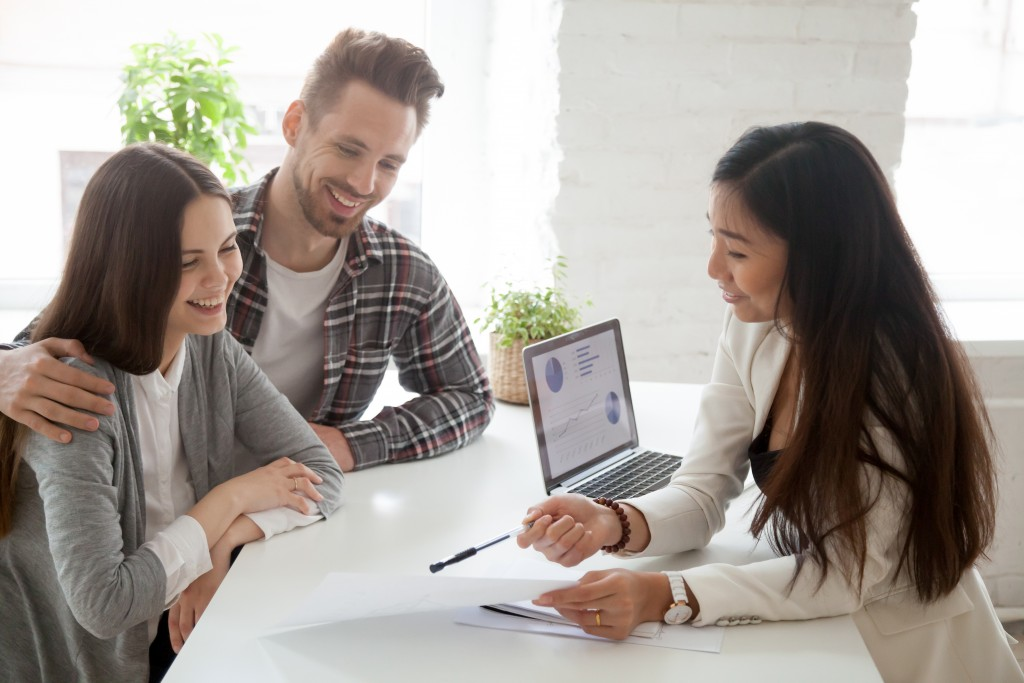 couple talking to a mortgage lender